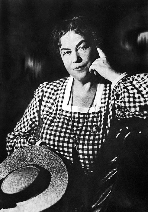 Когда Маяковский был маленьким, нельзя было представить, что женщина вроде Коллонтай сделает дипломатическую карьеру.
