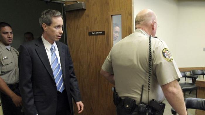 Уоррена Джеффса ведут в зал суда.