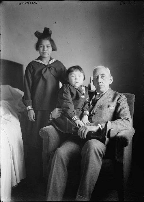 Роальд Амундсен и девочки.