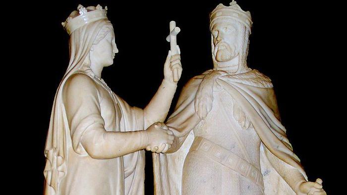 На памятнике Ядвиге и Ягайло королева как бы жмёт жениху руку, но как бы и отгораживается от него крестом. Скульптор, конечно, имел в виду не это.