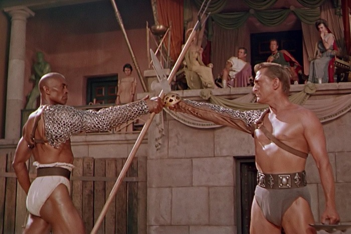 Мужские торсы долго драпировали в такие трусы, что всё вместе казалось очень бесформенным.