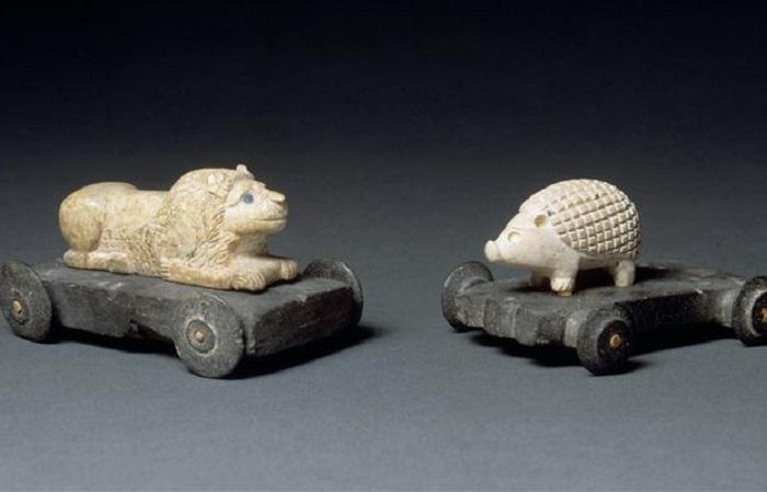 Мультики каменного века и чихуахуа на колёсиках: самые старые детские игрушки.