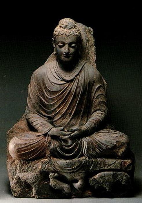 Сидящий Будда. Индийский скульптор уходит от традиций гиперреализма, убирая излишние приметы мужественности Будды и делая его почти бесполым на вид, что подчёркивает его отрешённость от земных страстей.