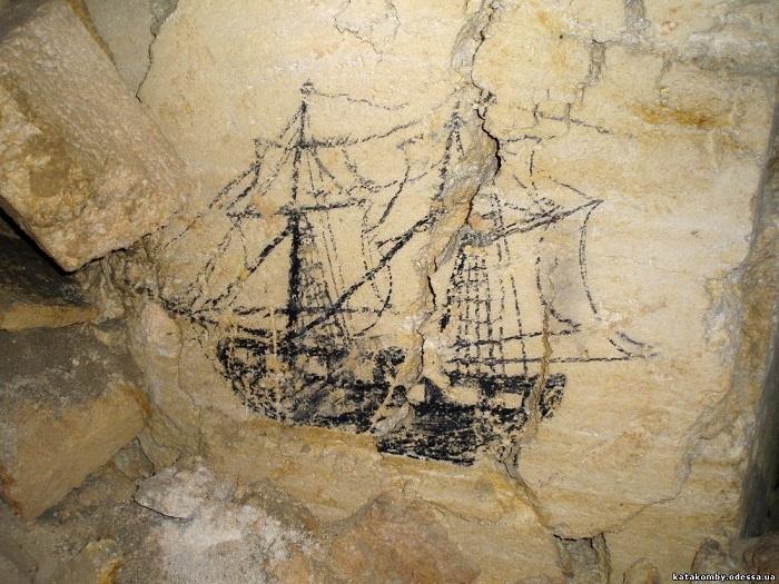 В катакомбах Одессы есть свои наскальные рисунки.