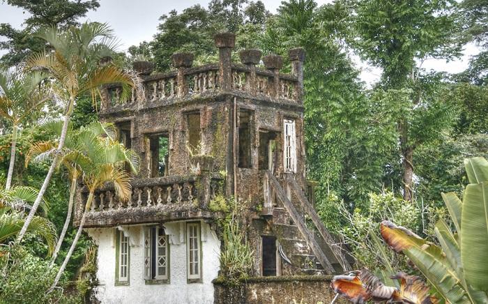 Развалины замка в джунглях.