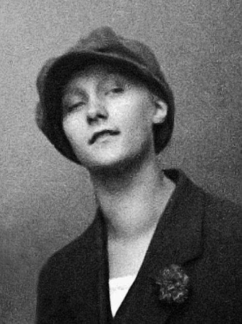 Астрид Линдгрен нравилось жить в ревущие двадцатые. Она носила кепки и шляпы, брюки и галстуки и чувствовала ветер свободы.