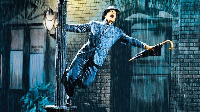 Кадр из фильма *Поющие под дождём*.
