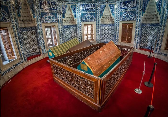В мавзолее Роксоланы не думается о смерти, тут совсем не мрачно.