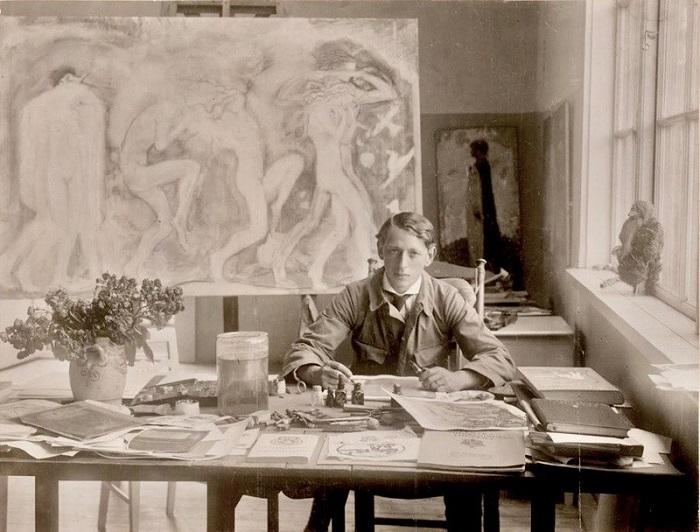 Йон в своём кабинете. На заднем плане виден портрет Эстер в образе феи.