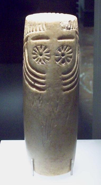 Одно из изображений совоокой богини (на некоторых других детально видно, что она именно богиня).