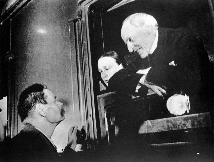 Горький провожает Кудашеву и Роллана, уезжающих во Францию.