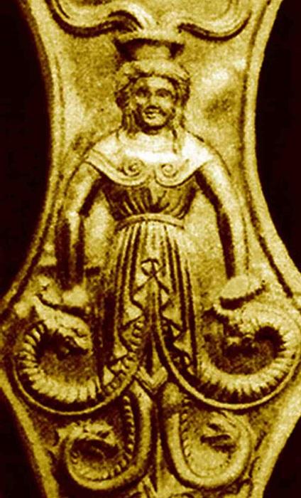 Змееногая Апи, изображённая на конском налобнике.