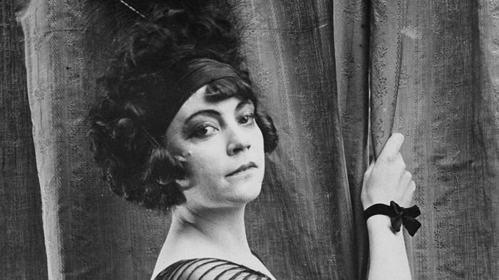 На памяти Маяковского начала карьеру первая профессиональная киноактриса Аста Нильсен.
