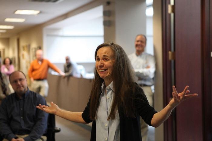 Мэри Шмич в момент, когда узнала, что получила Пулитцеровскую премию за свою колонку, в 2011 году. Да, она ещё и лауреатка Пулитцеровской премии.