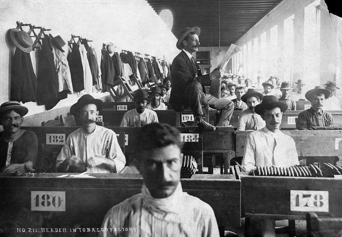 Владельцам фабрик не очень нравились чтецы, в которых подозревали коммунистических агитаторов. А вот на Кубе должность чтеца на фабрике оплачивается государством.