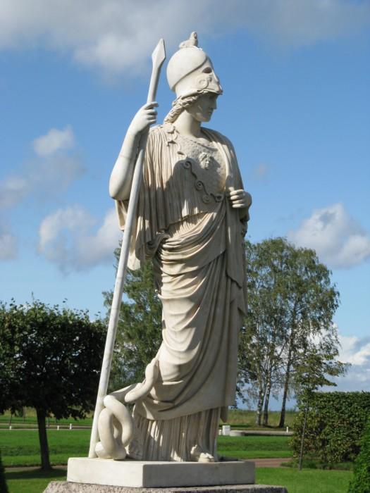 Афину изображали в царственном одеянии и доспехах