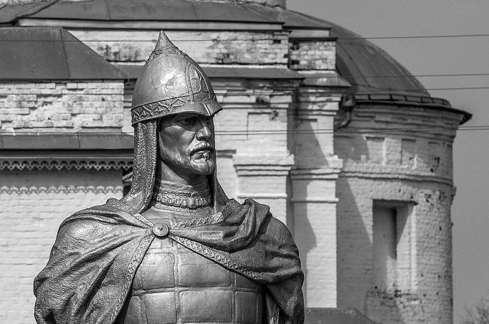 Памятник князю Александру.