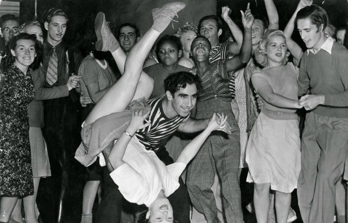 Танцы, которые ужасали родителей прошлых веков непристойностью, а дети всё равно танцевали