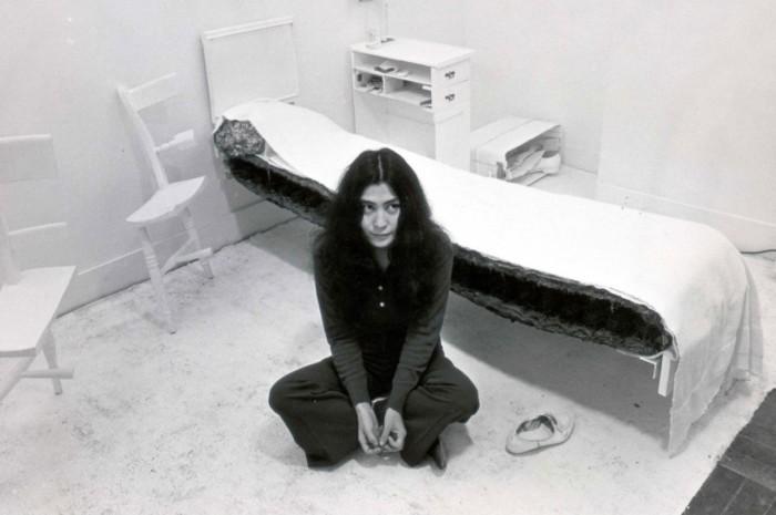 Йоко на фоне одной из своих инсталляций