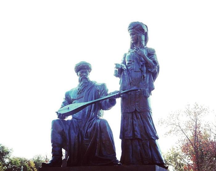 В Казахстане стоит совместный памятник Курмангазы и Дине.