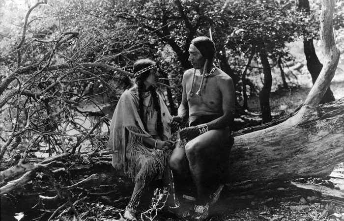 Зонтик с колокольчиками и концерт на флейте: Как у индейцев Северной Америки флиртовали с девушками. Кадр из фильма *Дочь Зари*