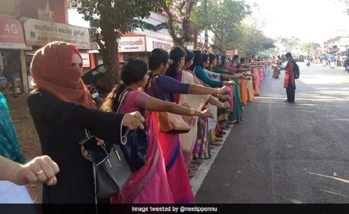 Живая стена из женщин в Индии.
