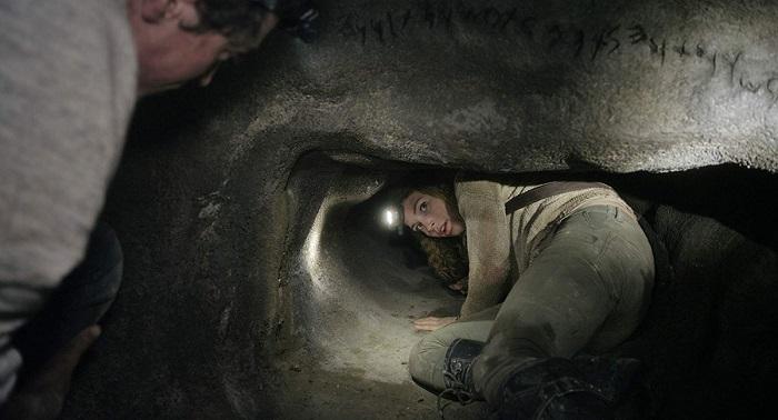 Посетителей допускают только в малую часть катакомб, потому что своды практически везде находятся под угрозой обрушения. Кадр из фильма *Париж - город мёртвых*.