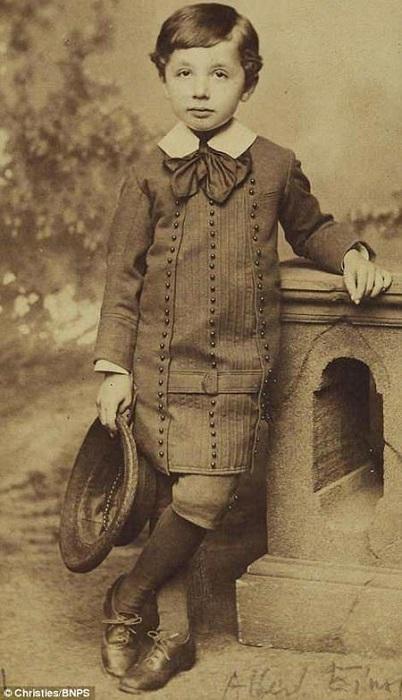 Эйнштейн в детстве был очень серьёзным мальчиком, мячика не гонял и с кем-нибудь дружить не стремился.