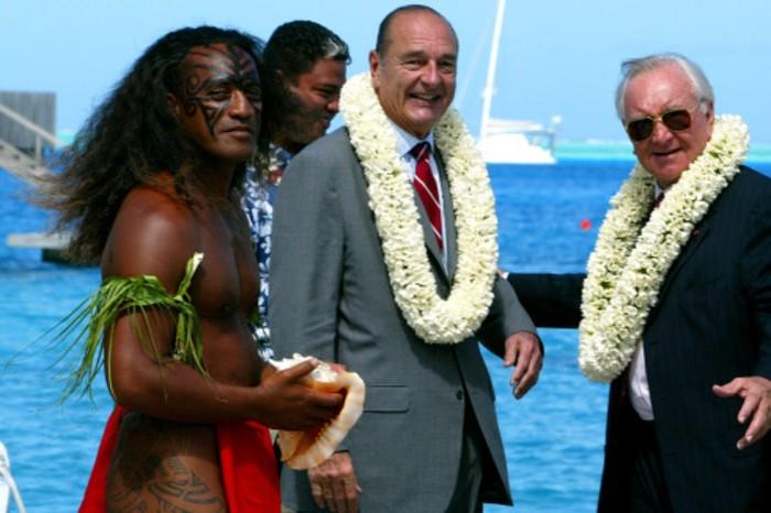 Председатель правительства Французской Полинезии и масон Гастон Флосс (справа) встречает на Таити Жака Ширака.