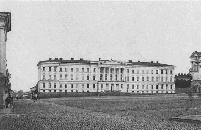 Гельсингфорсский университет теперь называется Хельсинкский, и в нём охотно учатся сотни девушек.