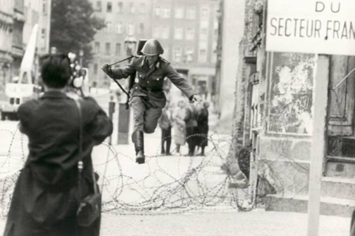 Ханс Конрад Шуман в момент прыжка.