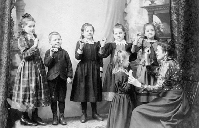 Дети в Американской школе глухих.
