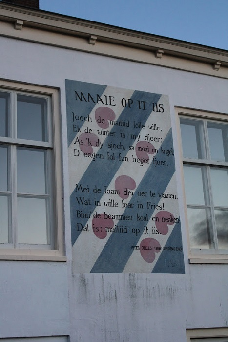 Большая часть стихов на стенах - голландские.