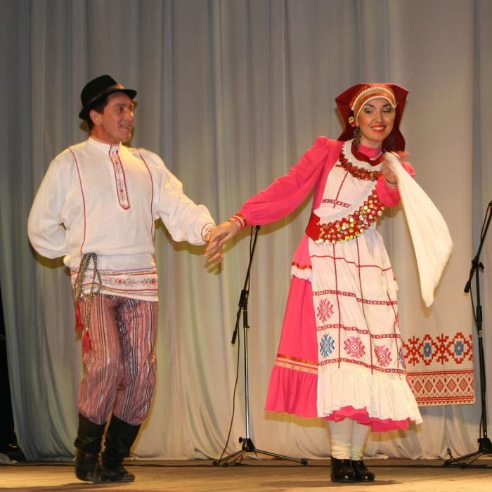 Кряшенские танцоры в народных костюмах. Фото: okchelny.ru.
