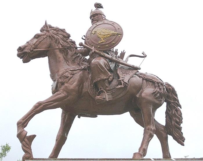Памятник основателю государства хану Аспаруху в Болгарии. Изначально конными сражались в Болгарии только степняки-булгары.