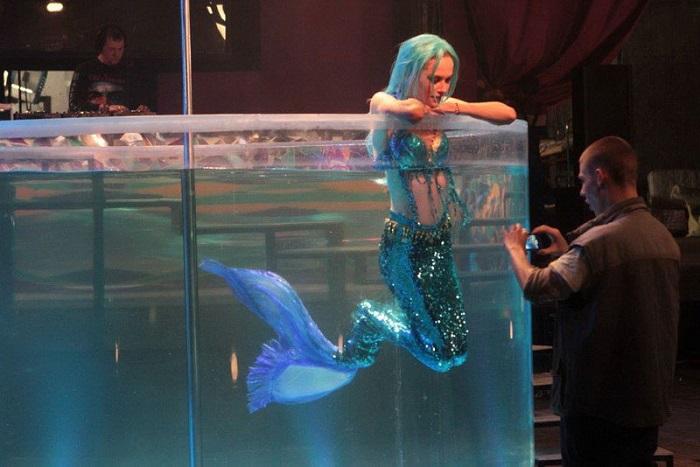 Маша собирается стать киноактрисой, а пока что работает русалкой. Кадр из фильма «Звезда». Студии Марс Медиа Энтертейнмент, Магнум.