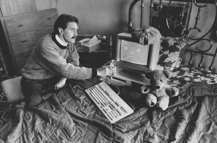 Джон Макафи в молодости, в домашней обстановке.