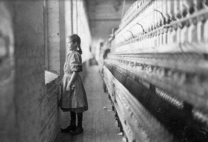 Судьба большинства детей из рабочего класса с культовых снимков, вроде этой десятилетней фабричной работницы, которая тоскует по свежему воздуху, обычно неизвестна. Мальчикам из Лондона повезло, что история сохранила их имена. Фотография американца Льюиса Хайна.