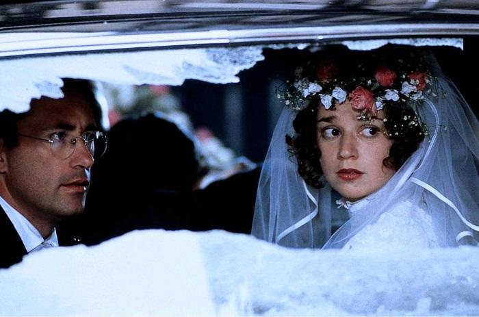 Анне постоянно угрожали, кидали в окна машины и дома камни. Кадр из фильма «Гадкая девчонка».