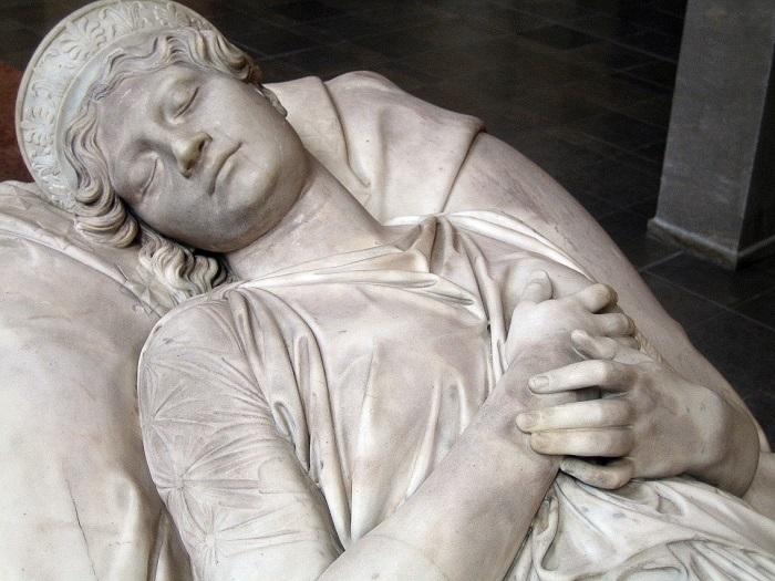 Скульптура на саркофаге королевы Луизы.