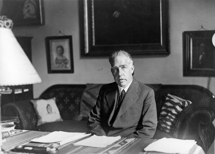 Нильс Бор в своём кабинете.