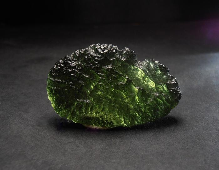 Влтавин — метеоритное стекло, которое пока не могут повторить люди.
