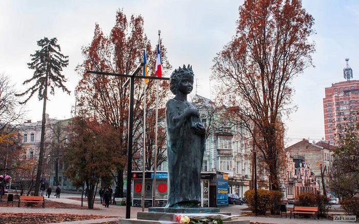На памятнике в Киеве Анна изображена девочкой, вероятно, чтобы подчеркнуть, что Киеву она прежде всего дочь.