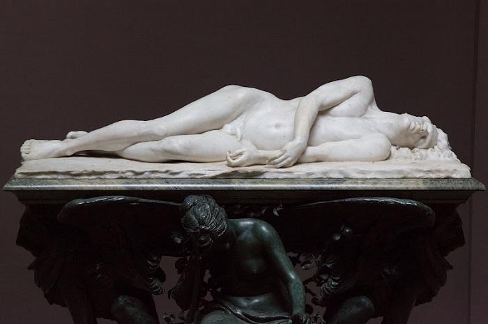 Поэта Перси Шелли отчислили из университета за атеизм, а теперь там стоит (лежит) памятник ему. Поза говорит о том, что он утонул.