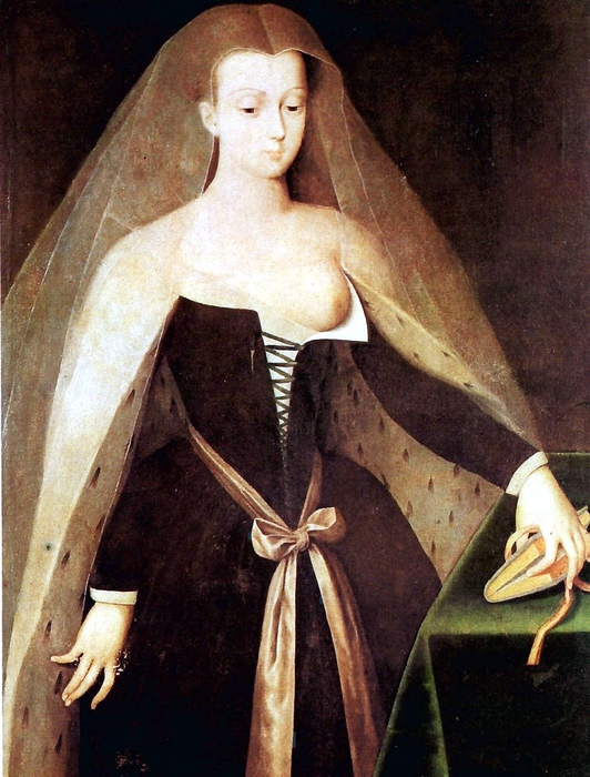 Агнесса придумала носить приталенные платья и очень откровенное декольте.