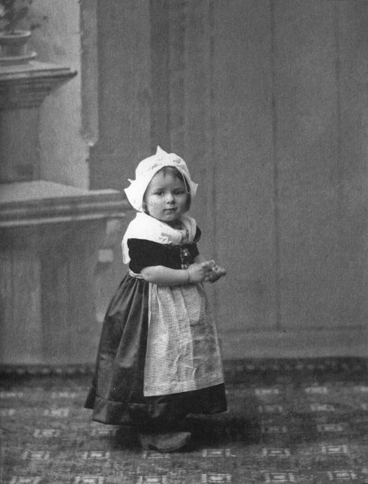 Маленькая Ариадна в Амстердаме примеряет голландский костюмчик.