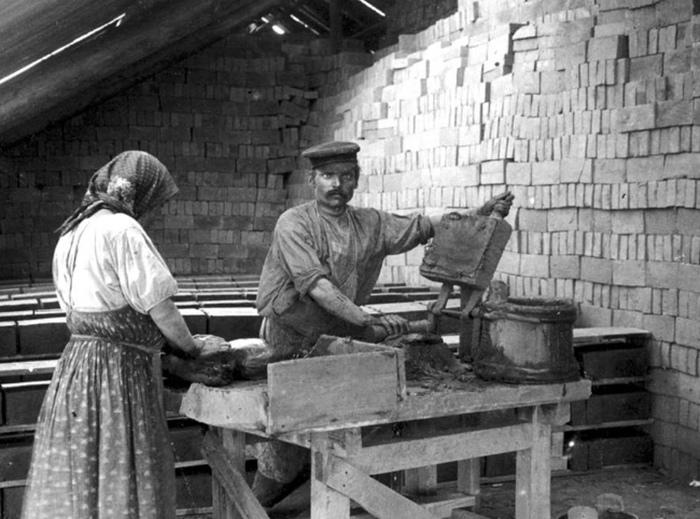 Женщина на кирпичном заводе. Россия.