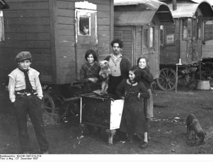Простые немцы, по видимости, больше сочувствовали цыганам, чем власти, и редко сдавали их властям.