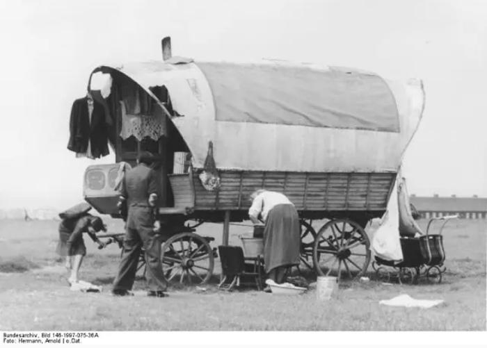 Чтобы легализоваться, цыгане нанимались в армию к немцам солдатами или шорниками.