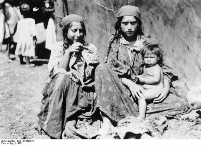 Цыгане-кэлдэрары, которые тоже в то время кочевали по Германии, славились как лудильщики и ремонтники. Это их не спасло.